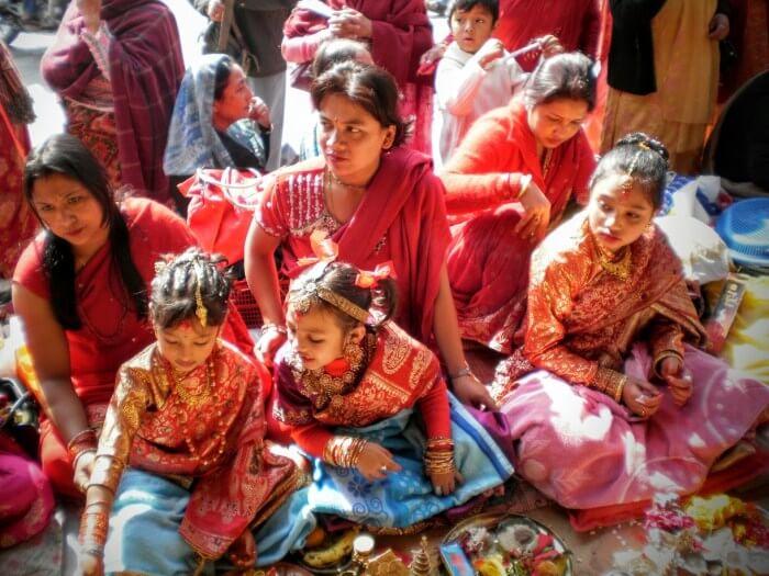 Ινδές γυναίκες και κορίτσια με πολύχρωμα φορέματα