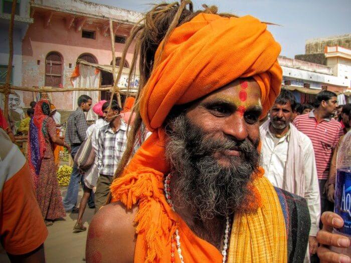 Ινδός άνδρας ντυμένος στα κίτρινα