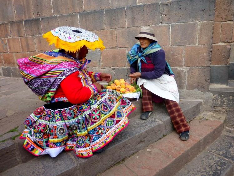 Γυναίκες σε υπαίθρια αγορά στο Περού